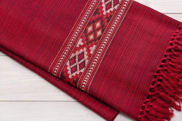 木製の背景にオリジナルのパターンで暖かい格子縞