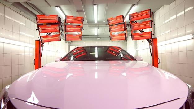 Теплые красные лампы для отверждения керамической полировки, вид спереди автомобиля, лампы расположены за автомобилем