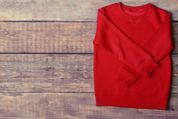 나무 배경에 따뜻한 빨간 스웨터