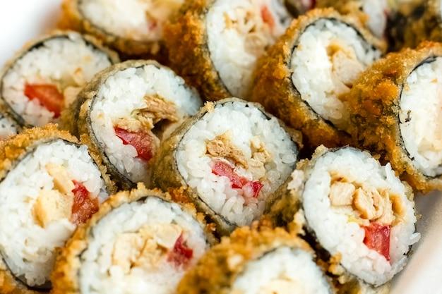 Теплые рулеты с мясными и овощными дольками. японская кухня