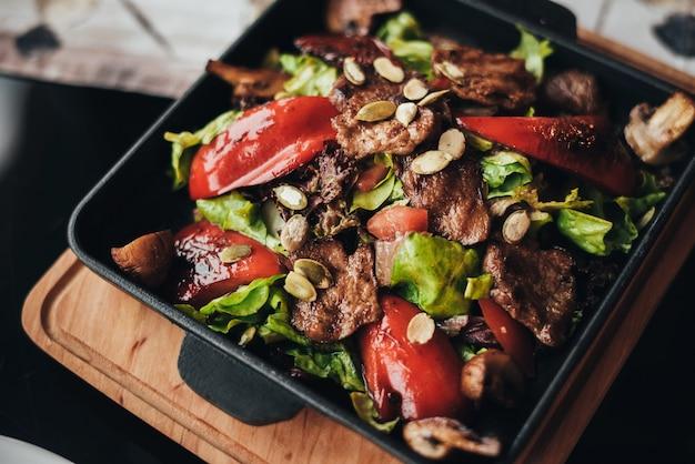 野菜と肉の温かいサラダ
