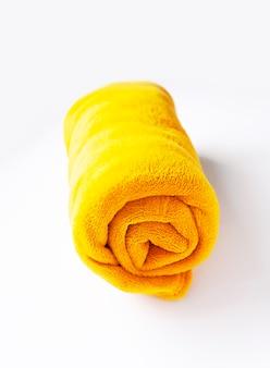白地に温かみのある柔らかな黄色のロールチェック柄。合成繊維のテクスチャ。