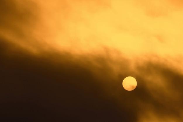 흐린 날씨에 짙은 안개를 통해 따뜻한 태양이 빛납니다.