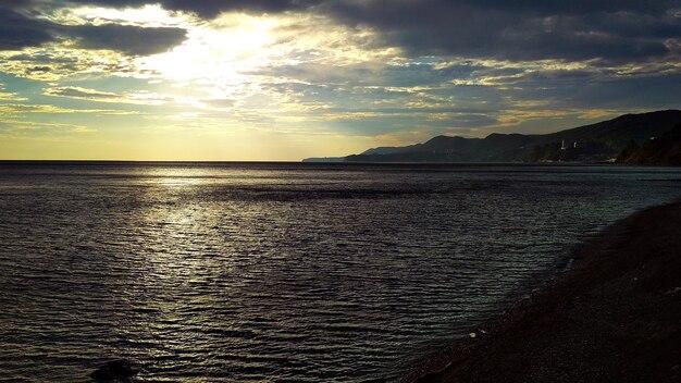 Теплый закат у моря