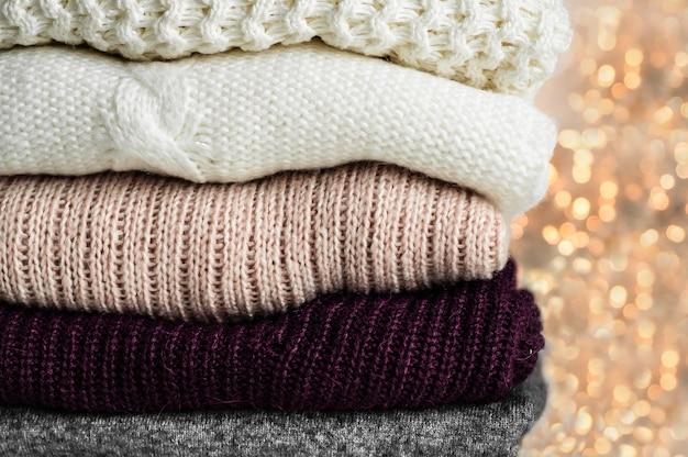 Теплые свитера. куча трикотажной одежды, свитеров, трикотажа, концепции осень-зима.
