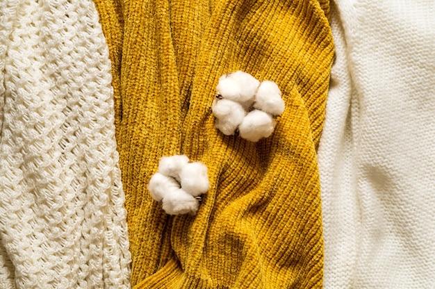 暖かいセーター。秋のニット服の山の葉、秋冬のコンセプトです。