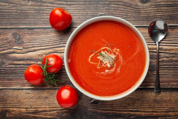Servire la zuppa calda di pomodoro in una terrina