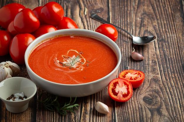Теплый томатный суп подавать в миске