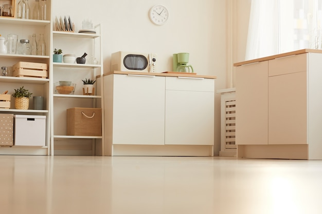 최소한의 디자인과 목재 요소를 갖춘 따뜻한 톤의 낮은 각도의 현대적인 주방 인테리어
