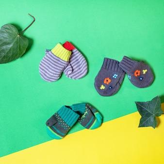 隔離された暖かい冬の子供用手袋