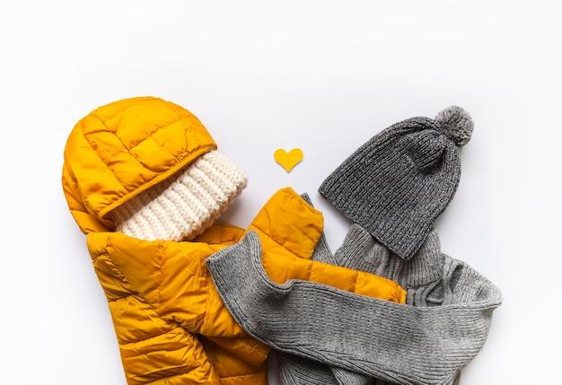 Теплая зимняя одежда и сердце. Premium Фотографии