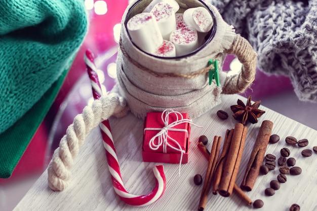 Теплая зимняя кружка с зефиром, полосатым леденцом и подарком