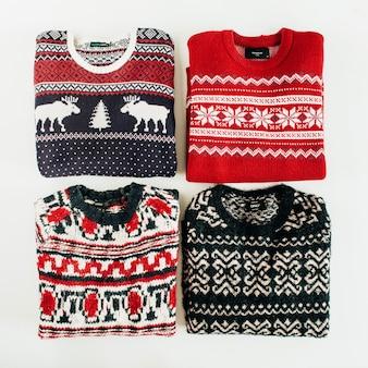 따뜻한 모직 스웨터 흰색 배경에 콜라주. 평면 위치, 상위 뷰 크리스마스, 새해, 겨울 패션 개념.