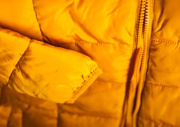 暖かい黄色のジャケットをクローズアップ。