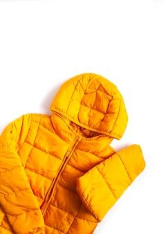 白地に暖かい黄色のジャケット。ファッション衣装の要素。明るい色。ホームストレージ。小さなスペースの整理。