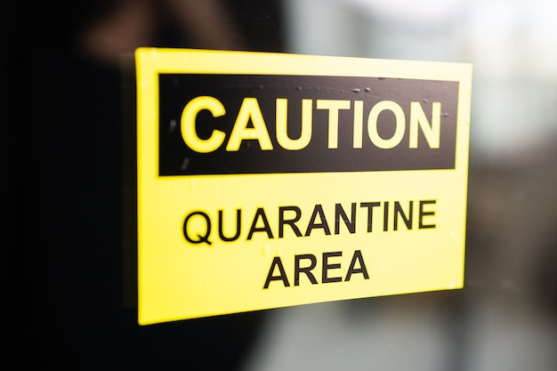 Предупреждение о пандемическом карантине. вспышка коронавирусной болезни. биологическая опасность. желтый знак на двери