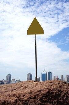 サンゴ礁と街の海岸線の背景に警告サイン