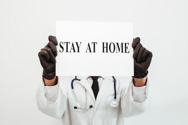경고는 의사의 손에 집에 머물러 있습니다.