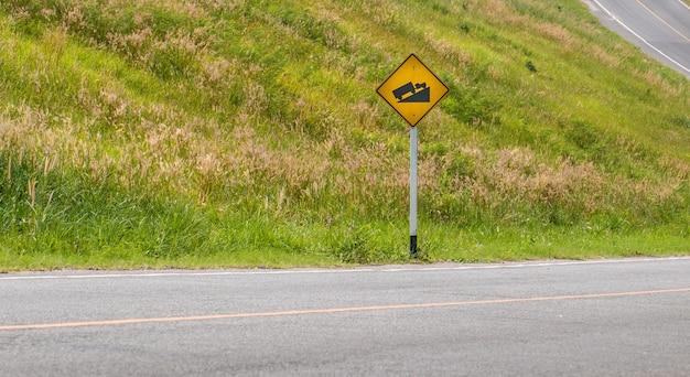 Предупреждение крутого подъема дорожного знака и грузовика на холме