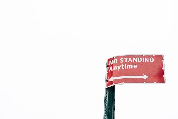 コピースペースを持つ警告道路標識のクローズアップ