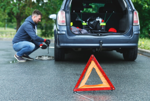 도로 및 자동차 바퀴를 변경하는 사람에 경고 삼각형