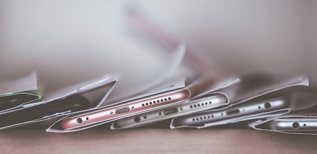 保証修理スマートフォン。いくつかの電話がサービスセンターの棚にあります。セレクティブフォーカス、コピースペース、バナー。