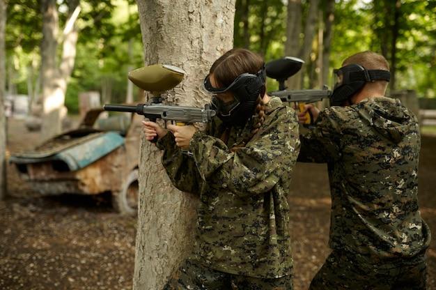 Стрельба воинов из пейнтбольных ружей, командная игра