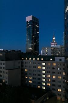 夜ポーランドのワルシャワのダウンタウン。夜の超高層ビル