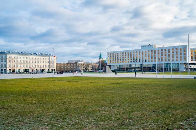 Варшава, польша - 03.01.2019: фасад отеля sofitel victoria в варшаве, одного из первых западных отелей города. путешествовать.