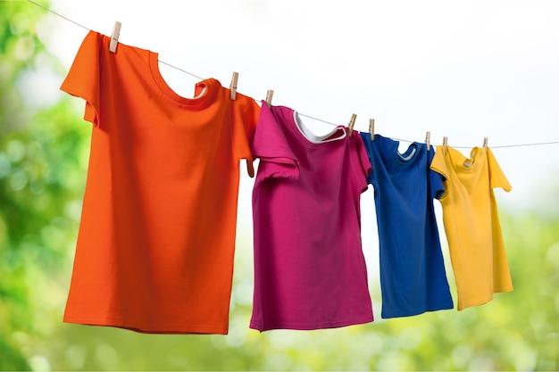 背景に洗濯バサミでロープで服を洗う