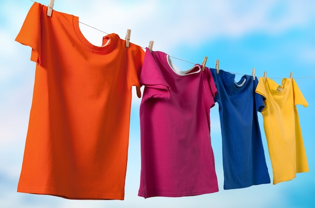 洗濯バサミでロープで服を洗う
