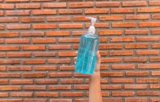 オフィスの屋内で、新規のコロナウイルスまたはコロナウイルス病のcovid-19に対して手の消毒剤ゲルボトルを洗ってください。防腐剤、衛生。