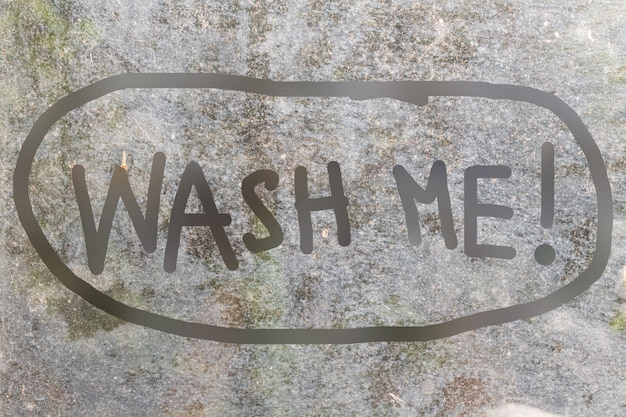 落書きスタイルで手書きのwash me文字で汚れたガラスの背景