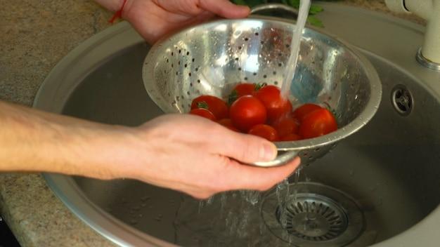 수돗물로 야채를 씻으십시오. 선택적 초점 자연.