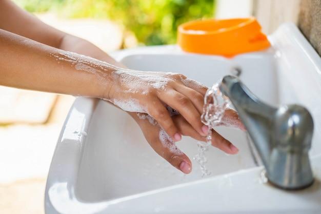 Вымойте руки с мылом, чтобы предотвратить заражение вирусом.