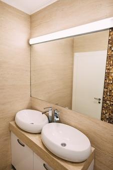 バスルームの洗面台 バスルームの配管 インテリア