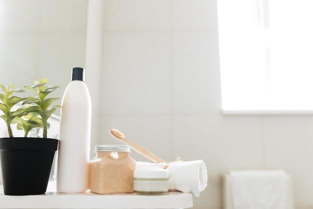 욕실 액세서리가있는 흰색 욕실의 세면대. 호텔 청소 개념. 가정용 개념.