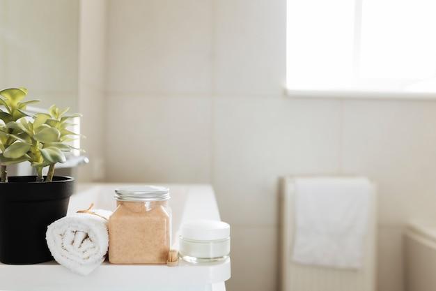 バスアクセサリー付きの白いバスルームの洗面台。ホテルのクリーニングのコンセプト。家庭のコンセプト。