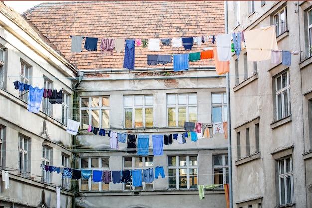Сушка выстиранной одежды за пределами старого дома. сушка выстиранного белья