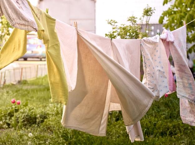 路上で洗濯した服。