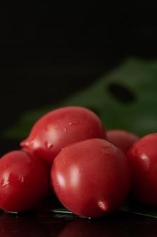 水滴でトマトを洗う