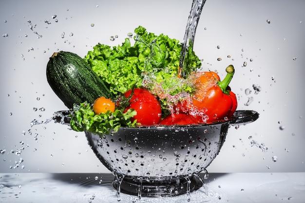 ザルで洗った野菜