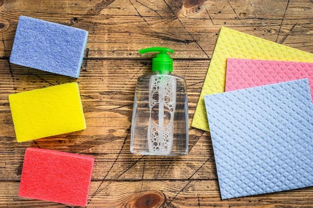 洗濯物や掃除用品、春の大掃除サービスのための国内用品。木製の背景。上面図。