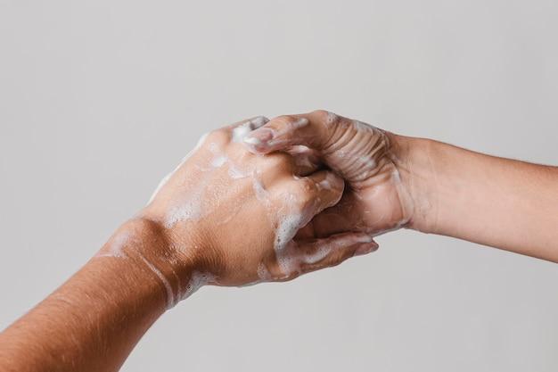石鹸でこすりながら両手を洗う