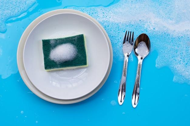 石鹸の泡でウェットブルーの皿を洗う。
