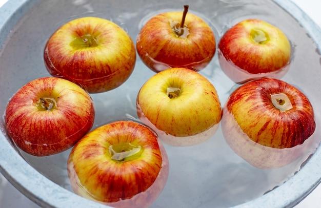 Мытье свежих яблок в воде