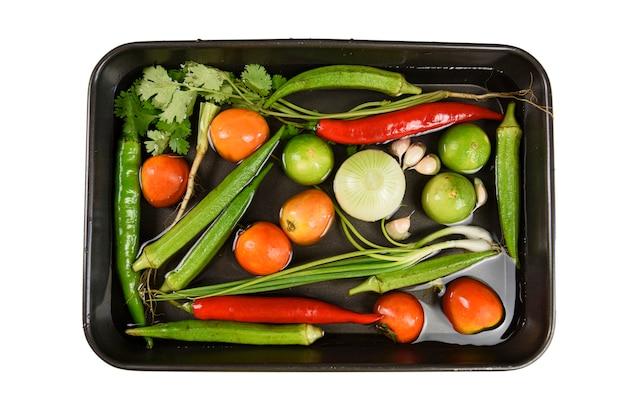黒いトレイで新鮮な野菜を洗う