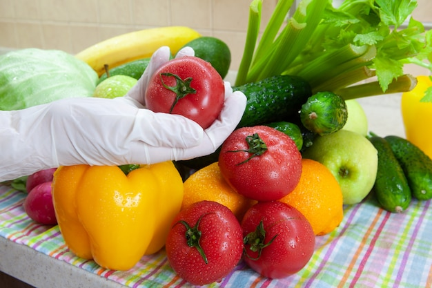 食料品店で買い物をした後に果物や野菜を洗う