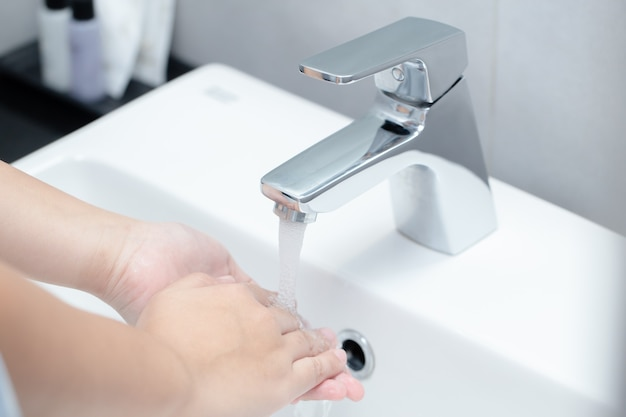 コロナウイルスから保護するための手洗い、指の洗浄、健康的な生活のための良好な衛生管理。