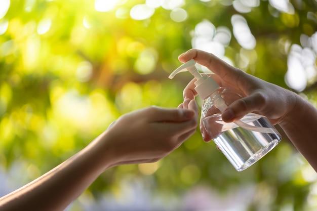 Мытье рук спиртовыми дезинфицирующими средствами.